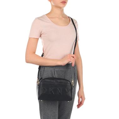 Черная женская сумочка с логотипом бренда DKNY